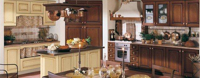 Rusztikus stílusú konyhabútor, eltérő színek kombinációjával